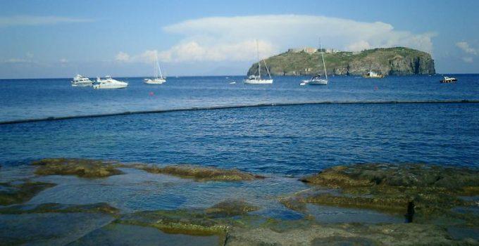 Traghetti Ischia Casamicciola - Ventotene | Scogliere e barche a Ventotene