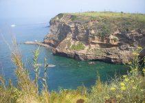 Traghetti Napoli Mergellina Ventotene | Acque e scogliere nell'isola di Ventotene