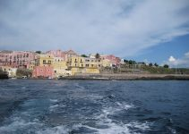 Traghetti Terracina Ventotene | La città di Ventotene dal traghetto