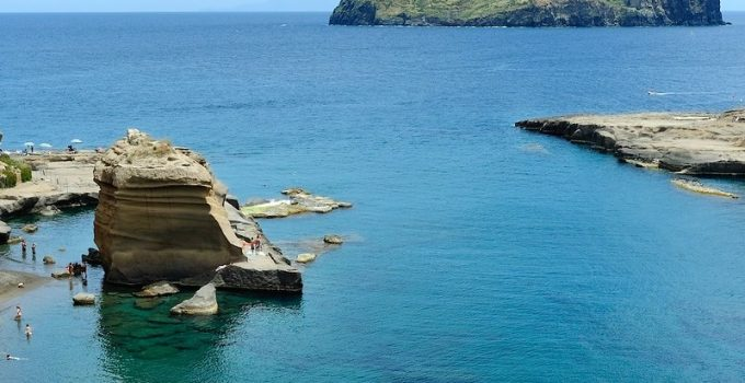 Le bellissime spiagge e scogliere a Ventotene | Traghetti per Ventotene